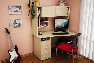 Компьютерный стол с закрытыми полками