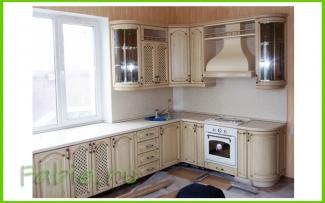 Деревянная кухня с подоконником