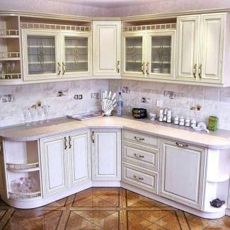 Небольшая угловая кухня в классическом стиле